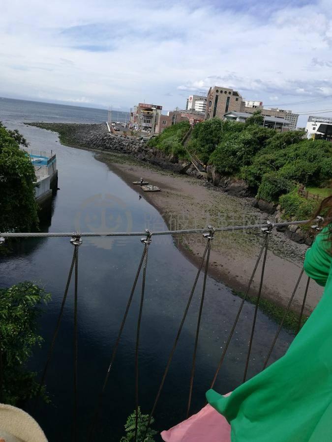 下面就是龙渊,小河和大海交汇的地方.   景点2:龙头岩,很小就一