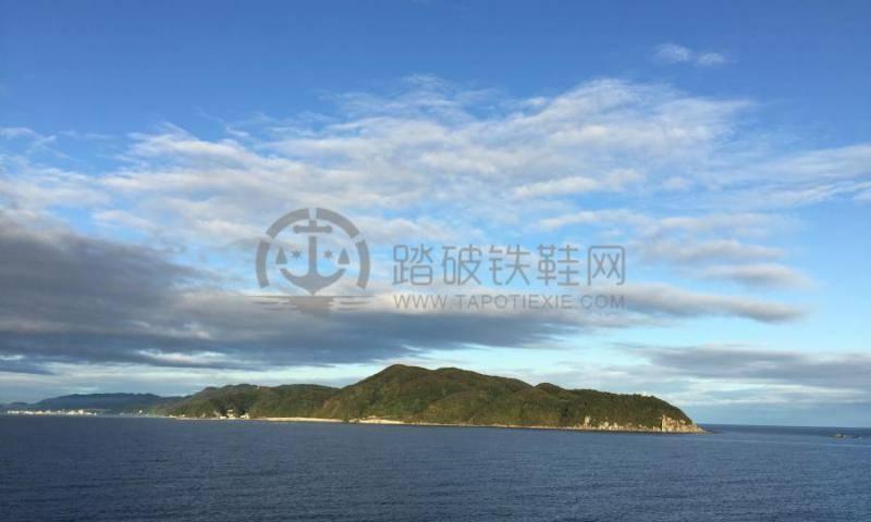 10月16日,韩国釜山;10月17日,日本境港。两处的岸上观光,都因为行程过于紧促,只能带着些许的遗憾。 釜山作为韩国第二大城市,很多去韩国旅游的朋友应该不会陌生,但是当量子号16日清晨缓缓驶入釜山港的时候,我还是被港口的场面震惊了。码头整整齐齐的停满了接送量子号游客的大巴。大巴前面红色和白色集装箱货栈后面会提到用途,别看现在空空的不起眼。 船方和旅行社的随船领队,很有序的组织大家开始集合,快速的办理完成了韩国的入境签证手续,登上了游览大巴。(前面反复强调了护照复印件的重要性。没有它,就没办法上岸游览啦,